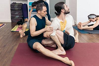 Ignacio corrigiendo asanas en clase  | Ashtanga Yoga Training